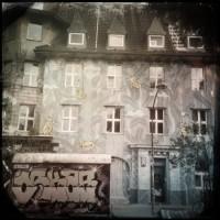 Buntes Haus in Schwarz weiß