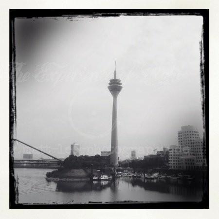 Der Rheinturm mit Rahmen