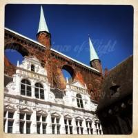 Marktplatz mit schrägem Blick auf das Rathaus