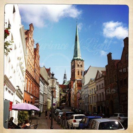 Straße im winkel mit Blauem Himmel